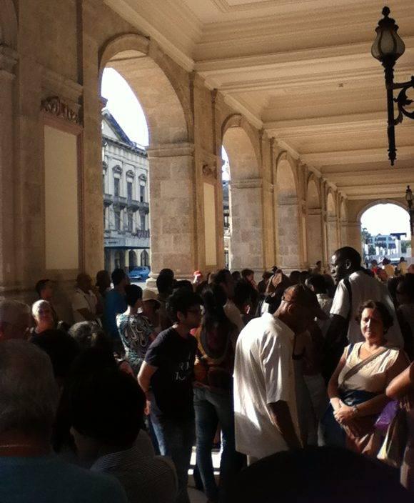 Cola para entrar al García Lorca. Foto: Paola Cabrera/ Cubadebate.