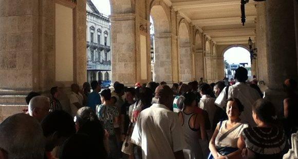 Más de 60 personas quedaron sin entradas para la única función que dará el famoso ballet estadounidense en Cuba. Foto: Paola Cabrera/ Cubadebate.