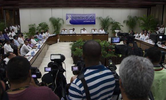 El documento del acuerdo final, según explicaron hoy a la prensa miembros de las comisiones negociadoras, suma doscientas páginas y del mismo se han sacado siete copias, todas ellas firmadas página a página por De la Calle y Márquez. Foto: Ladyrene Pérez/ Cubadebate