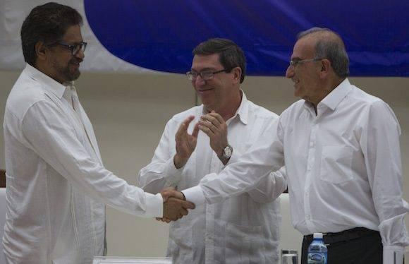 El gobierno de Colombia y las FARC anuncian el fin de las negociaciones con un histórico acuerdo por la paz. Foto: Ladyrene Pérez/ Cubadebate.