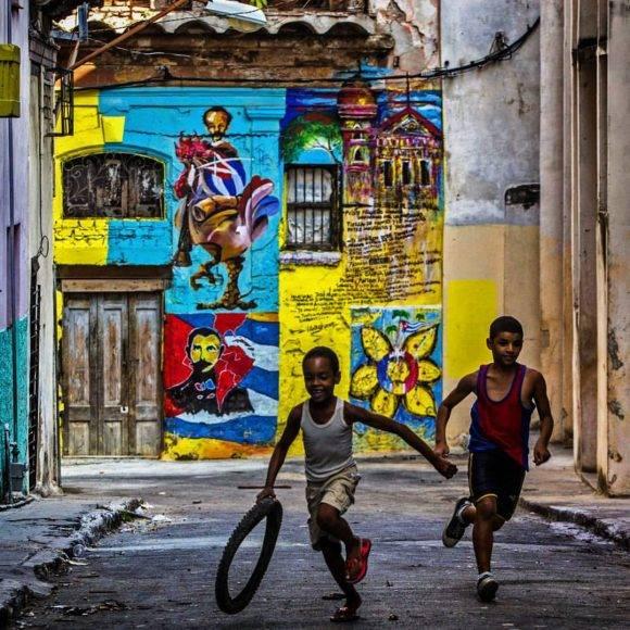 Dos niños mataperreando en La Habana. Foto: Desmond Borland/ AP