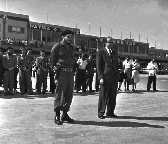 """El Comandante Ernesto """"Che"""" Guevara, junto al canciller Raul Roa, en el aeropuerto Jose Marti para recibir a una delegacion coreana. La Habana, Cuba. Foto: Prensa Latina"""