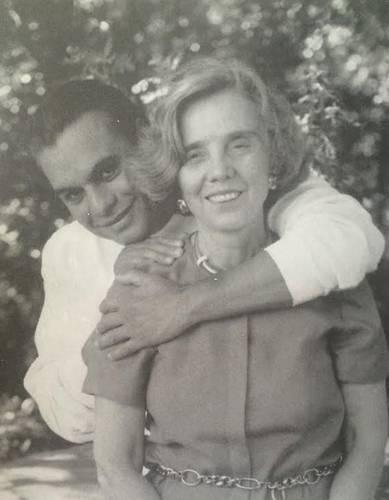 Alberto Aguilera Valadez, mejor conocido como Juan Gabriel, con Elena Poniatowska, en una imagen captada por Felipe Haro, publicada en el tomo cuatro del libro Todo México, de Editorial Diana