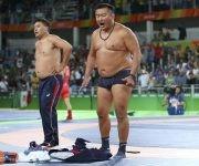El entrenador del luchador Mandakhnaran Ganzorig se desnuda en protesta por la descalificación de su pupilo.