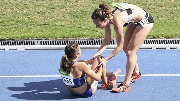 La atleta estadounidense Abbey D'Agostino (en el suelo), es recastada por la neozelandesa Nikki Hamblin. Ambas obtuvieron la medalla Pierre de Coubertin en reconocimiento al espíritu deportivo. Foto: Reuters / Dylan Martinez