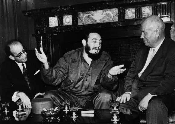 """Nikita Jrushchov, Primer Secretario del Partido Comunista Sovietico, visita a Fidel, en su humilde habitacion del hotel Theresa, del barrio de Harlem. """"He venido a saludar al Heroe Nacional de Cuba que derroco la tirania Batistiana"""", dijo Nikita Jruschov. durante su estancia en Estados Unidos con motivo de la XV sesion de la Asamblea General de las Naciones Unidas (ONU). Junto a Fidel y Jruschov se encuentra el canciller cubano Raul Roa (I). Nueva York, Estados Unidos. Foto: Prensa Latina"""