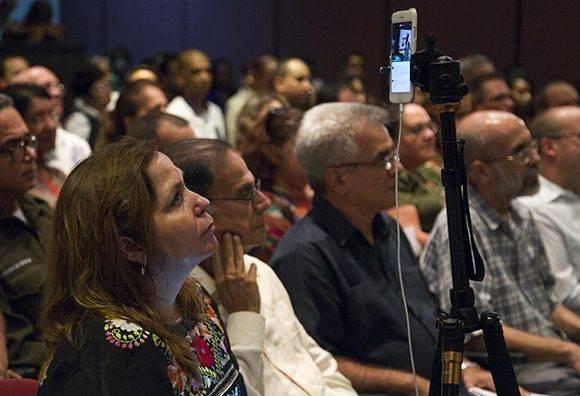 Editora de Cubadebate, Rosa Miriam Elizalde, transmitiendo vía Facebook, en vivo, la presentación. Foto: Ladyrene Pérez/ Cubadebate.