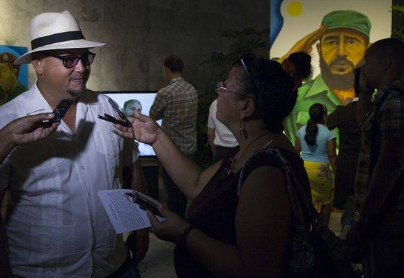Luego de la presentación del sitio, los presentes disfrutaron de una exposición del artista Rogelio Fundora. Foto: Ladyrene Pérez/ Cubadebate.