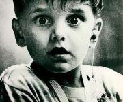 El niño sordo Harold Whittles, en el momento que gracias a los adelantos tecnológicos puede escuchar sonidos por primera vez, 1974.