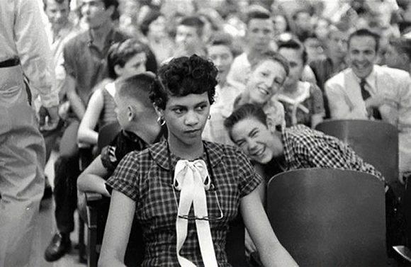 Dorothy Counts, la primera chica negra en asistir a una escuela para blancos en EEUU, recibiendo las burlas de sus compañeros blancos en la Harry Harding High School de Charlotte, 1957.
