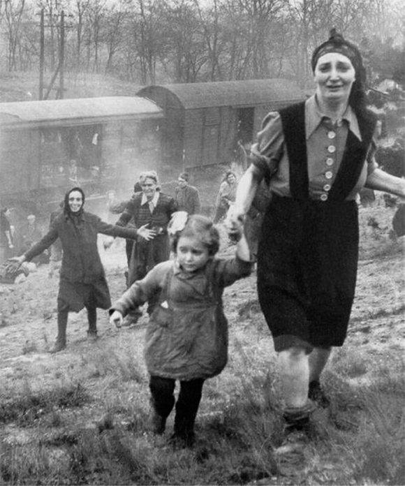 Prisioneros judíos tras ser liberados de uno de los trenes de la muerte, 1945.
