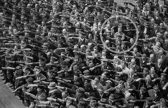 Dentro de la multitud, un único hombre permanece sin hacer el saludo nazi, 1936.
