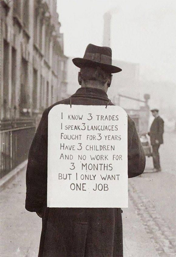 """Un hombre busca trabajo en los Estados Unidos deurante una de las crisis económicas más grande del capitalismo, 1930. El Cartel dice: """"Yo sé 3 profesiones, hablo 3 idiomas, luché por 3 años, tego 3 hijos y no trabajo desde hace 3 meses. Pero yo sólo quiero un trabajo."""
