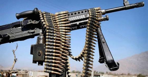 """""""Desde los ataques terroristas del 11 de septiembre,"""" apuntó CJ Chivers en New York Times, """"Estados Unidos ha entregado una cantidad enorme pero totalmente incontable de armas de fuego a sus numerosos socios del campo de batalla en Afganistán e Iraq. Foto: Rahmat Gul/ Associated Press."""