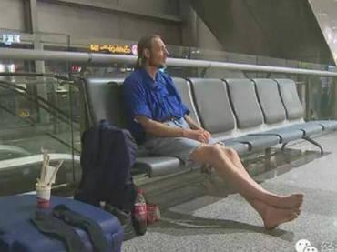 Al ver que la mujer no se presentaba en el aeropuerto de la ciudad, el hombre se negó airado a dejar el lugar. Foto: shanghaiist.com