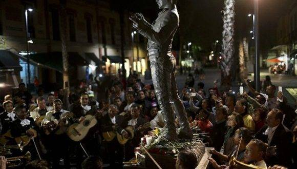 Mexicanos rinden tributo a cantante Juan Gabriel