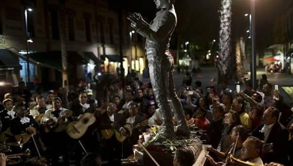 Junto a la estatua del cantante en la Plaza Garibaldi, los fanáticos despidieron a Juan Gabriel. | Foto: Getty Images.