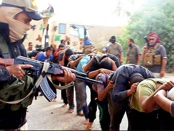 Reclutas del Ejército iraquí capturados por el EI, momentos antes de ser asesinados en Tikirit en 2014. Foto: AP