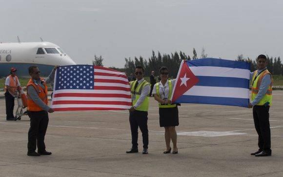 Banderas de Cuba y EEUU que descendieron del avión de JetBlue que inaugura la ruta entre los dos países, después de más de medio siglo. Foto: Ismael Francisco/ Cubadebate