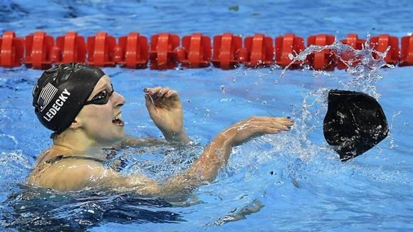 La estadounidense Katie Ledecky celebra la medalla de oro arrojando al agua uno de sus dos gorros (Martin Meissner / AP).