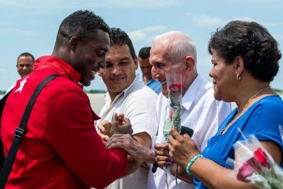 Julio César la Cruz Peraza (I), campeón olímpico de boxeo en la división de 81 Kgs., es recibido a su arribo a la patria por José Ramón Fernández Álvarez (C), Presidente del Comité Olímpico Cubano, y Olga Lidia Tapia Iglesias (D), miembro del Secretariado del Comité Central del Partido Comunista de Cuba (CC PCC), en la losa del Aeropuerto Internacional José Martí, en La Habana, el 23 de agosto de 2016. ACN FOTO/ Calixto N. LLANES/ Juventud Rebelde/