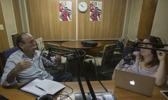 El doctor Agustín Lage durante la grabación del podcast de Cubadebate en Radio Rebelde. Foto: Ismael Francisco/ Cubadebate