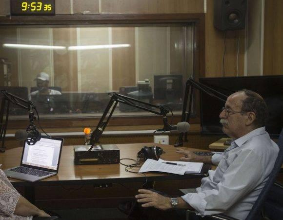 El Dr. Agustín Lage en los estudios de Radio Rebelde.