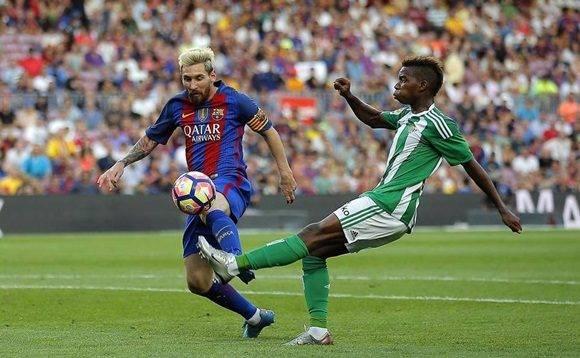 Lionel Messi (izq.), del Barcelona, disputa el balón con Charly Musonda, del Betis, en la Liga Española, en el Camp Nou en Barcelona, España, el sábado 20 de agosto del 2016. Manu Fernandez AP.