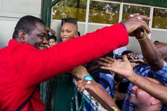 Mijaín López Núñez (I), tricampeón olímpico en lucha grecorromana división de 130 Kgs., saluda a los asistentes al acto de recibimiento a los deportistas participantes en los XXXI Juegos Olímpicos de Río 2016, en el Aeropuerto Internacional José Martí, en La Habana, Cuba, el 23 de agosto de 2016. ACN FOTO/ Calixto N. LLANES/ Juventud Rebelde/