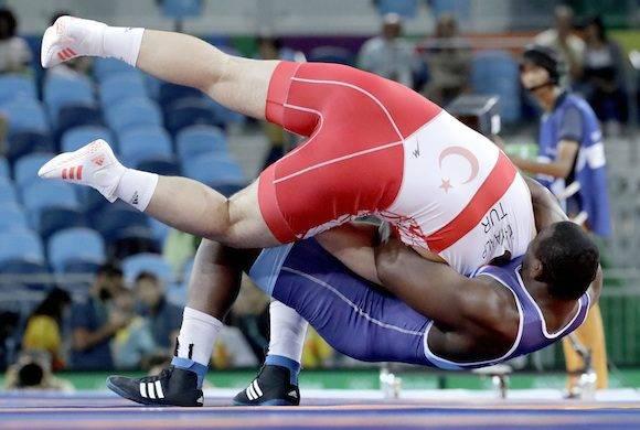 Mijaín López levanta con incríble facilidad los 130 kilos de Riza Kahyaalp. Foto: Charlie Riedel/ AP.
