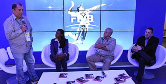 El autor, Oscar Sánchez, presentó el libro en compañía de la protagonista y de Ary Garca (sentado al centro), presidente de la FIVB. Foto: Ricardo López Hevia