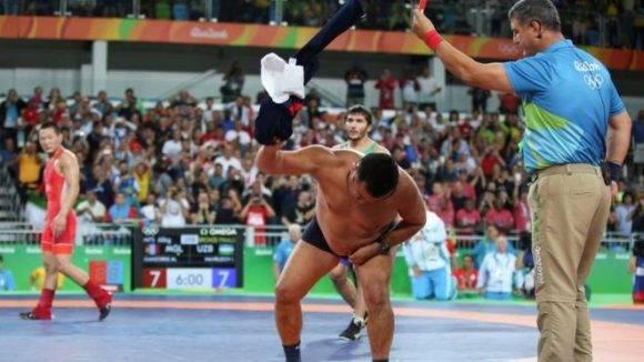 En esta foto se observa cuando el juez le saca la tarjeta roja a uno de los entrenadores. Mientras lanzaba la ropa a la lona frente a los jueces, Ganzorig felicitó a su contrincante por la medalla de bronce en la categoría de los 65 kilos.