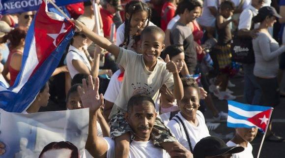 Familia cubana desfila durante la celebración por el Primero de Mayo, en La Habana, Cuba. Foto: Ismael Francisco/ Cubadebate