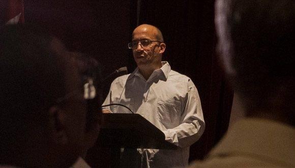 Randy Alonso Falcón, director de Cubadebate, presenta el nuevo sitio www.fidelcastro.cu. Foto: L. Eduardo Domínguez/ Cubadebate.