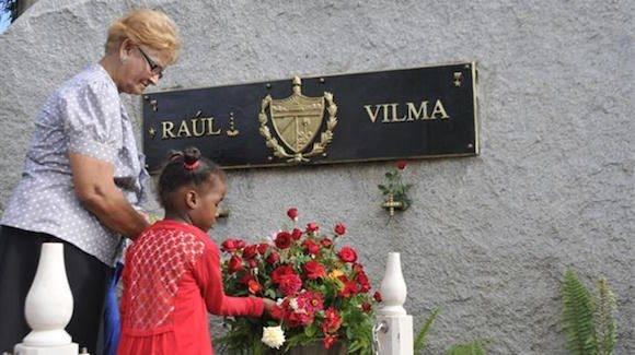 Una federada y su nieta depositan flores en el Memorial. Foto: Jorge Luis Guibert.