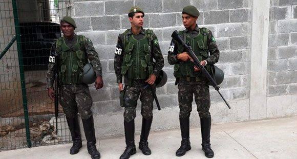 Agentes de seguridad hacen guardia en una de las calles cercanas al Centro Olímpico Ecuestre, este 4 de agosto de 2016. Foto: EFE.