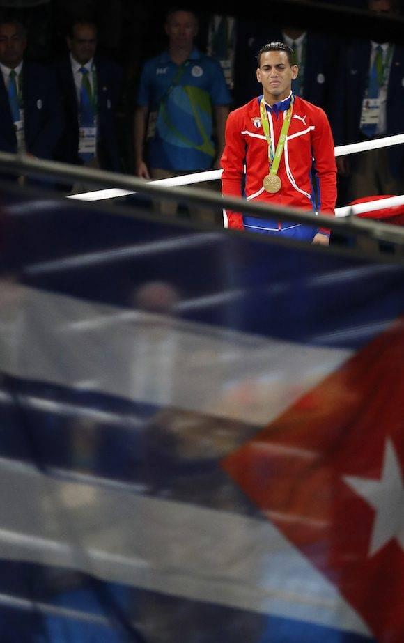 Robeisy Ramírez al recibir la medalla. Foto: Frank Franklin II/ AP