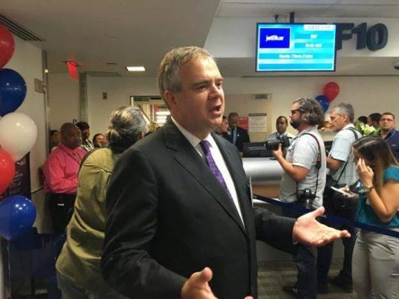El Presidente Ejecutivo de JetBlue, Robin Hayes, habla con los reporteros en el Aeropuerto Internacional de Fort Lauderdale, Florida . Foto: REUTERS/Jeffrey Dastin