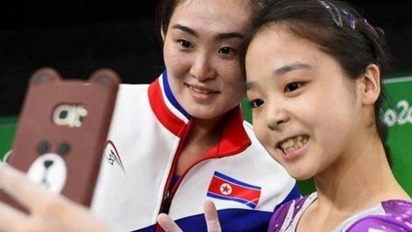 La surcoreana Lee Eun-Ju y la norcoreana Hong Un Jong compartieron un momento entrañable en los Juegos Olímpicos al posar juntas para unas fotos peses a las tensiones entre sus dos países. Foto: Dylan Martinez/ Reuters.