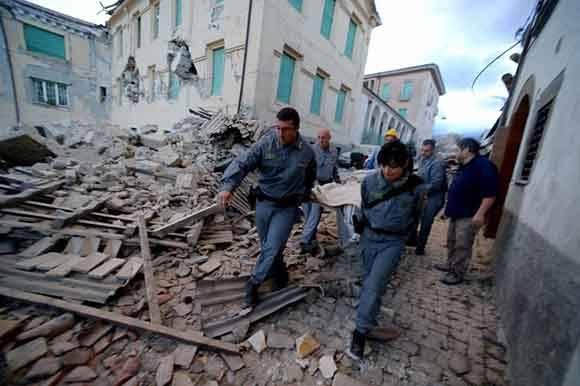 Confirman la muerte de 73 personas tras sismo en Italia