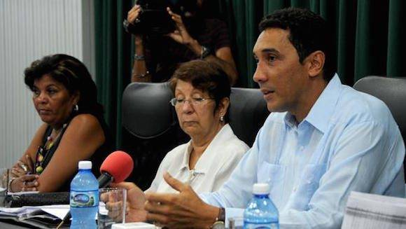 Eduardo Rodríguez Dávila (D), Viceministro de Transporte (MITRANS), durante la conferencia de prensa sobre los vuelos regulares de Estados Unidos a Cuba, en la sede del MITRANS, en La Habana, Cuba, el 25 de agosto de 2016. Foto: Omara GARCÍA MEDEROS