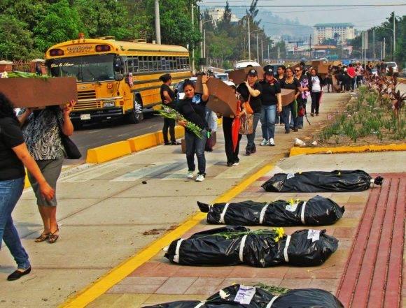 Escena posterior a un acto violento en Honduras. Foto tomada de La Prensa.