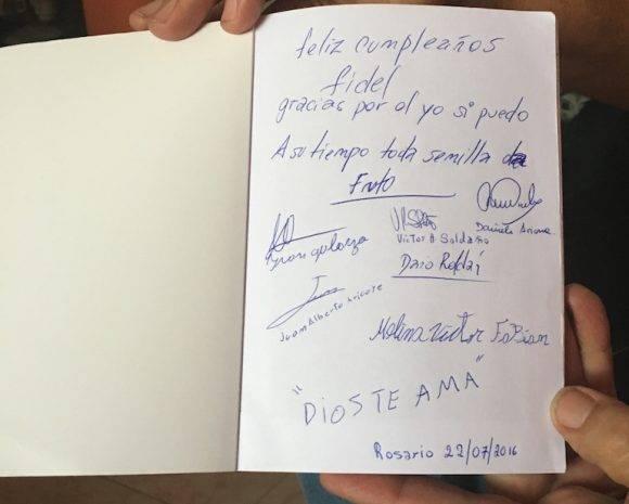 """El libro """"Entre mandarinas y tumbas"""", escrito por jóvenes internos en cárceles de Rosario, que aprendieron a leer y a escribir con el programa cubano de alfabetización """"Yo si puedo""""."""