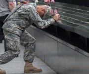Soldado recuerda a las víctimas. Foto: AP.