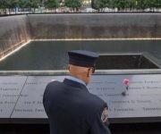 Un bombero retirado de Nueva York visita el lugar de los ataques. Foto: AP.