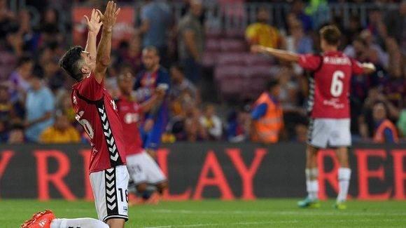 El Alavés celebra esta meritoria victoria ante ell barça en su ascenso a Primera División. Foto: AFP/ Lluis Gene.