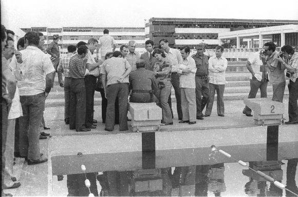 Fidel en el área de la piscina de la nueva Escuela Vocacional de Camagüey, el 1 de septiembre de 1976. Foto: Adelante