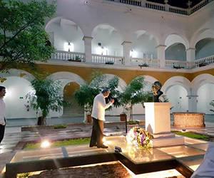 El Presidente cubano ante el busto de bronce donde descansan parte de los restos de García Márquez