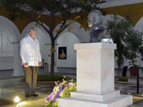 El Presidente cubano ante el busto de bronce donde descansan parte de los restos de García Márquez. Foto: Estudios Revolución.