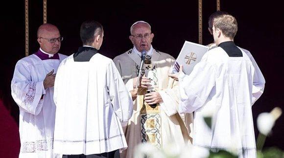 El Sumo Pontífice al momento de leer la fórmula de canonización de Agnes Gonxha Bojaxhiu, nombre secular de la monja. Foto: AP.